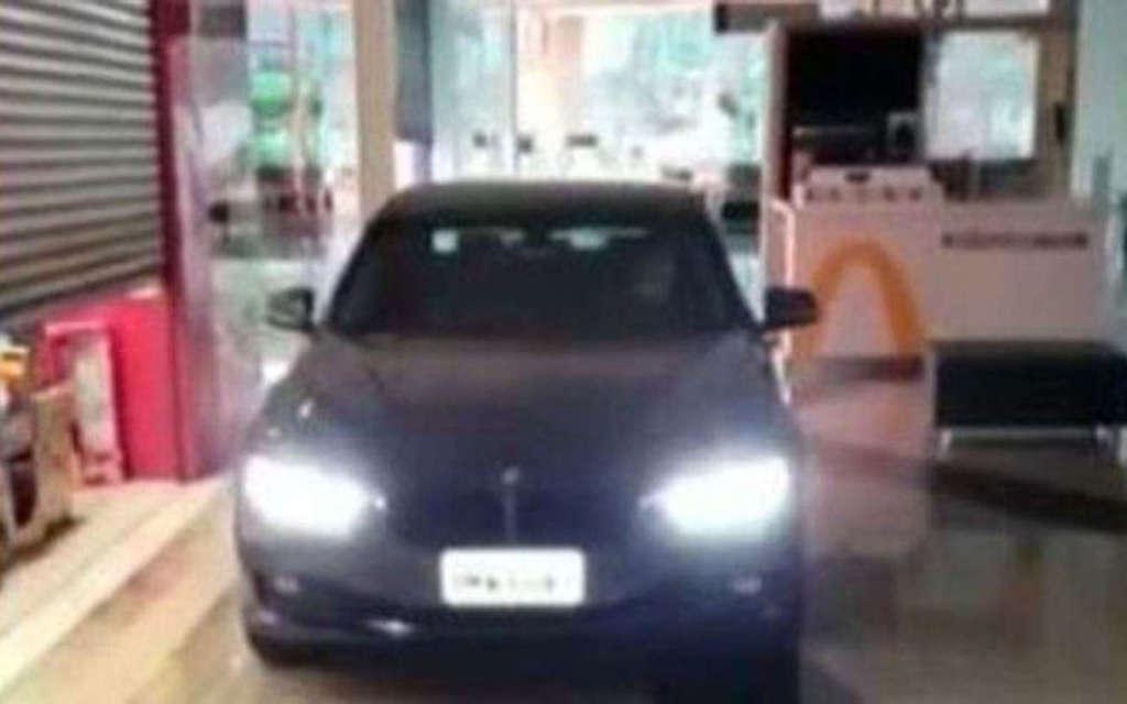 Shopping de Botucatu permitiu o acesso de carros pelos corredores para a retirada de produtos nas lojas