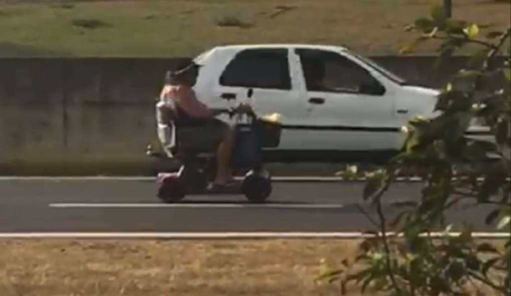 senhora-cadeira-de-rodas-rodovia
