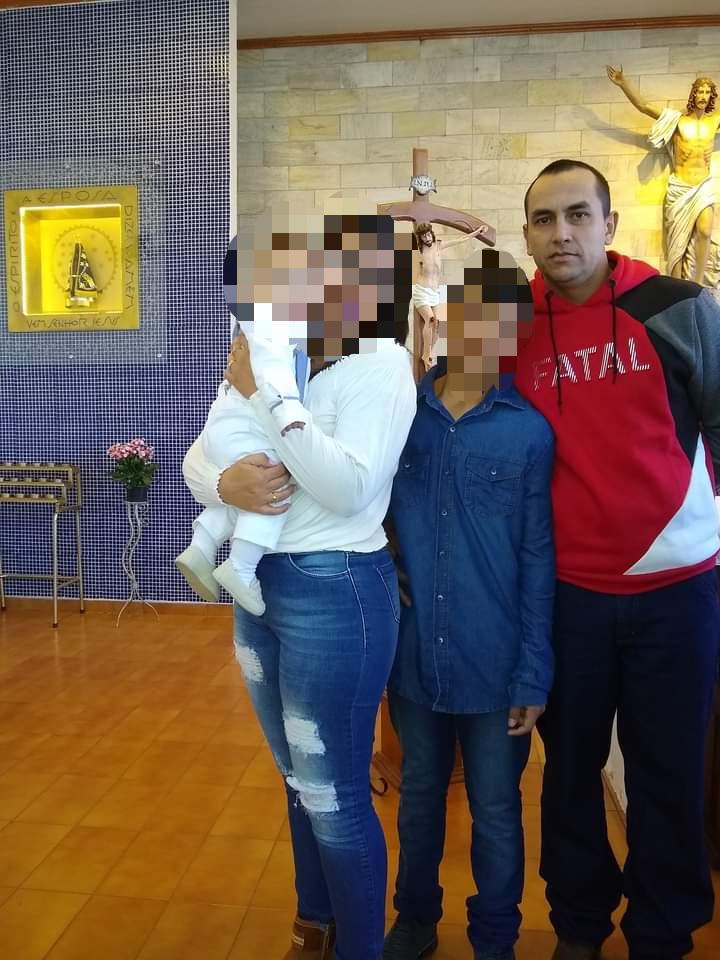 Everaldo ao lado do enteado, da esposa e do filho durante o batizado da criança