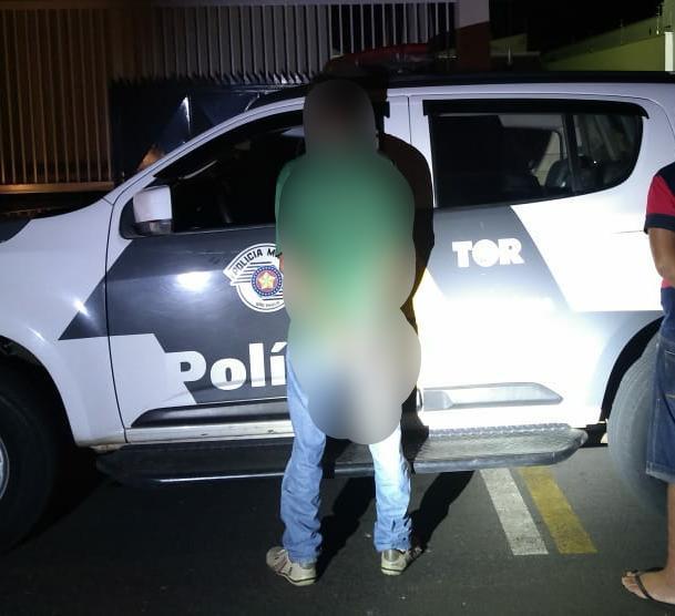 O homem preso pelo policiamento rodoviário