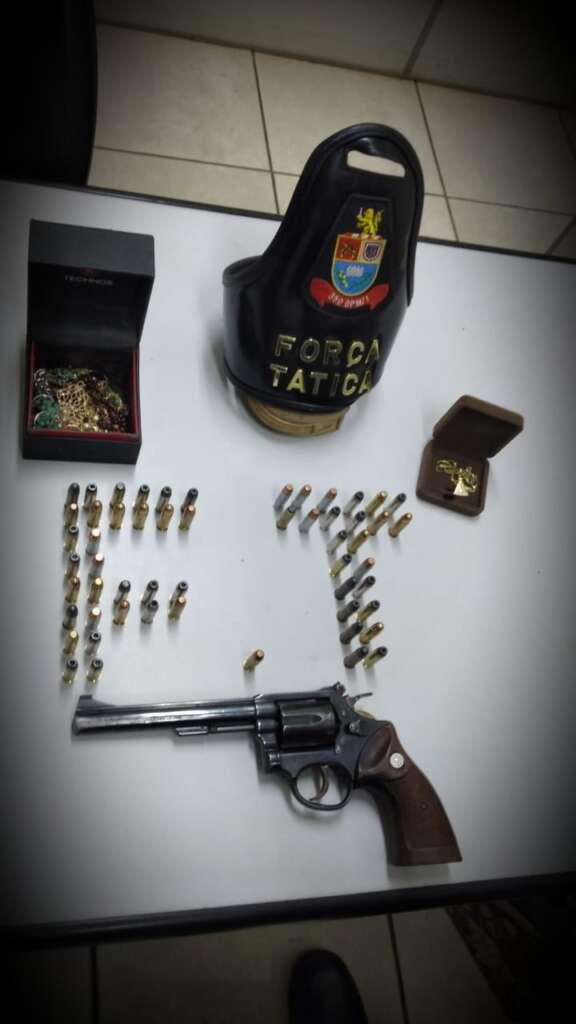 Força Tática de Araras apreende revólver e objetos