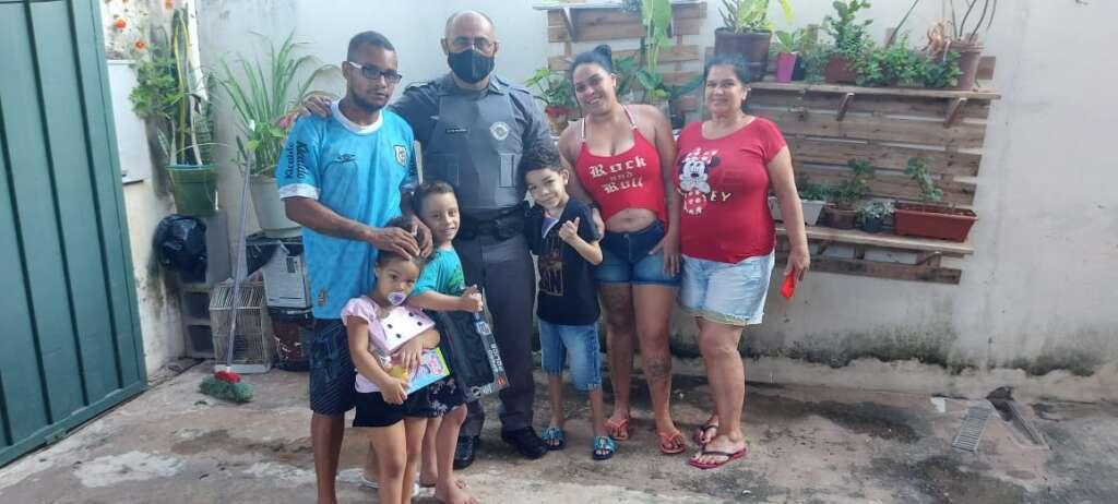 Cabo Francisco com as crianças