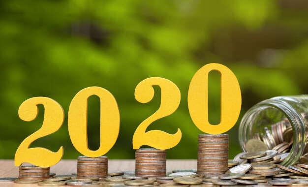2020-numeros-de-madeira-em-moedas-empilhadas-mostrando-crescimento-financeiro-economizando-dinheiro
