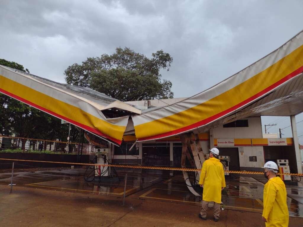 Cobertura de Posto de Combustível desaba durante chuva e vento