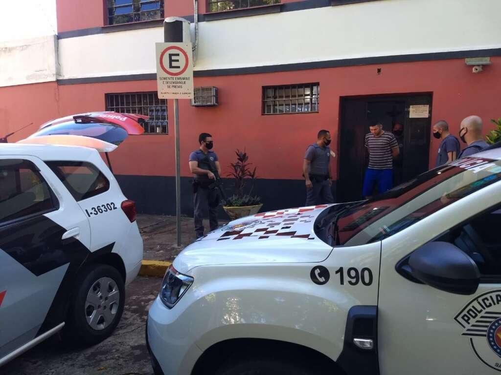 Antônio deixando a Central de Triagem sendo levado para a Viatura da PM