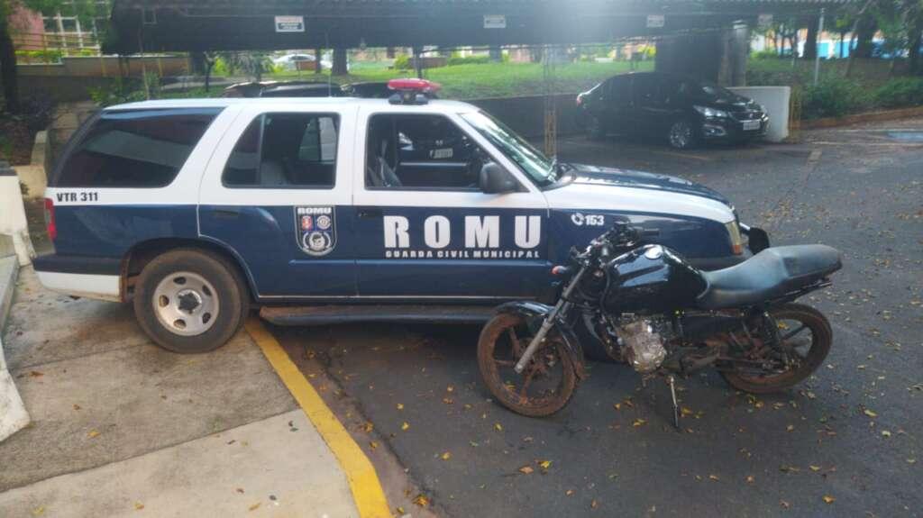 GCMs da ROMU de Pirassununga recuperam motocicleta furtada de Concessionária