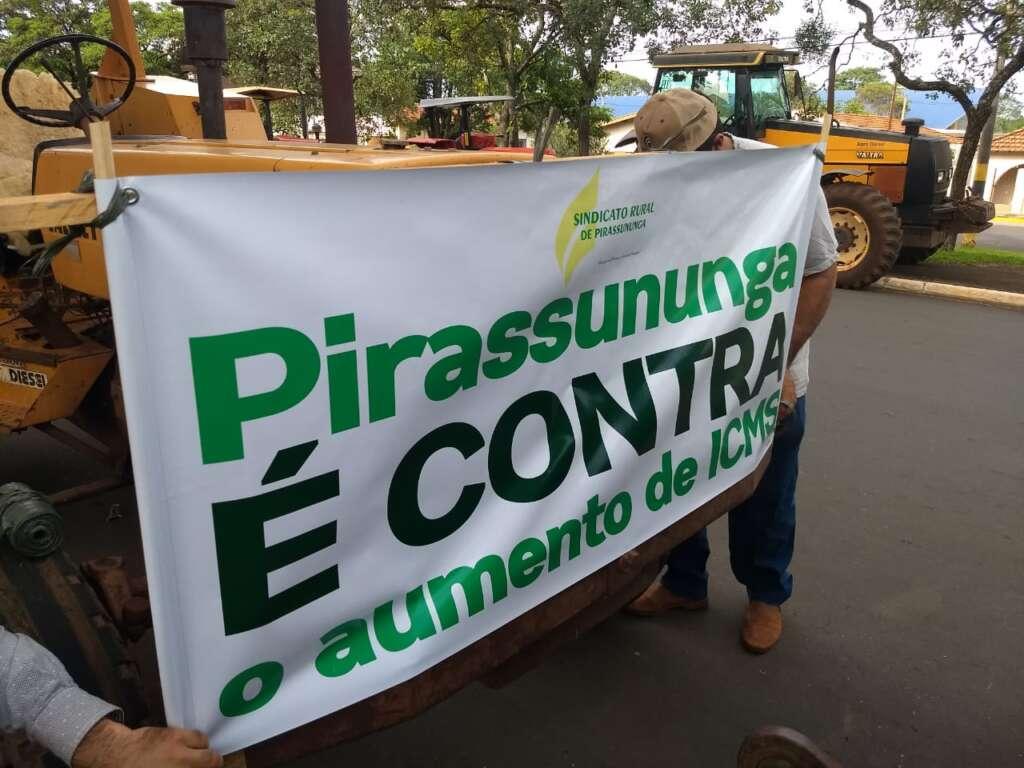 """Agricultores de Pirassununga realizaram """"tratoraço"""" pelas avenidas e ruas da cidade"""