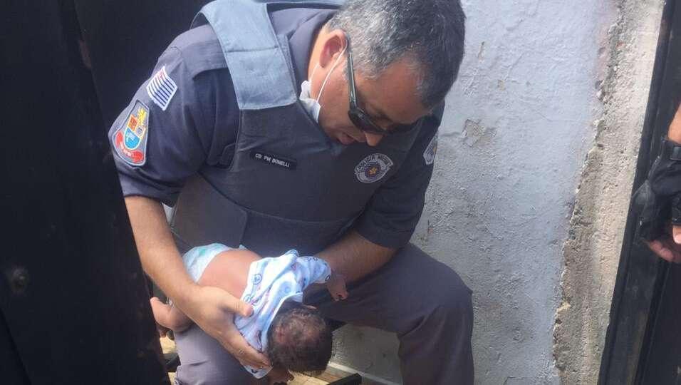 Polícia Militar de Araras salva criança de 48 dias engasgada