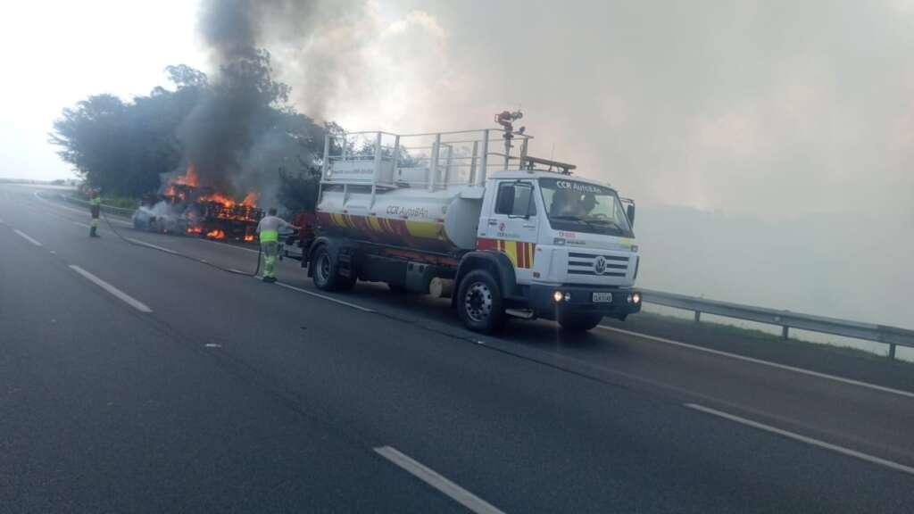 Incêndio consome reboque com sucatas na SP-348 em Campinas