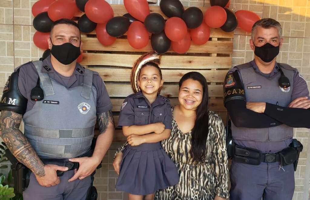 Admiradora da PM recebe policiais militares no dia de seu aniversário