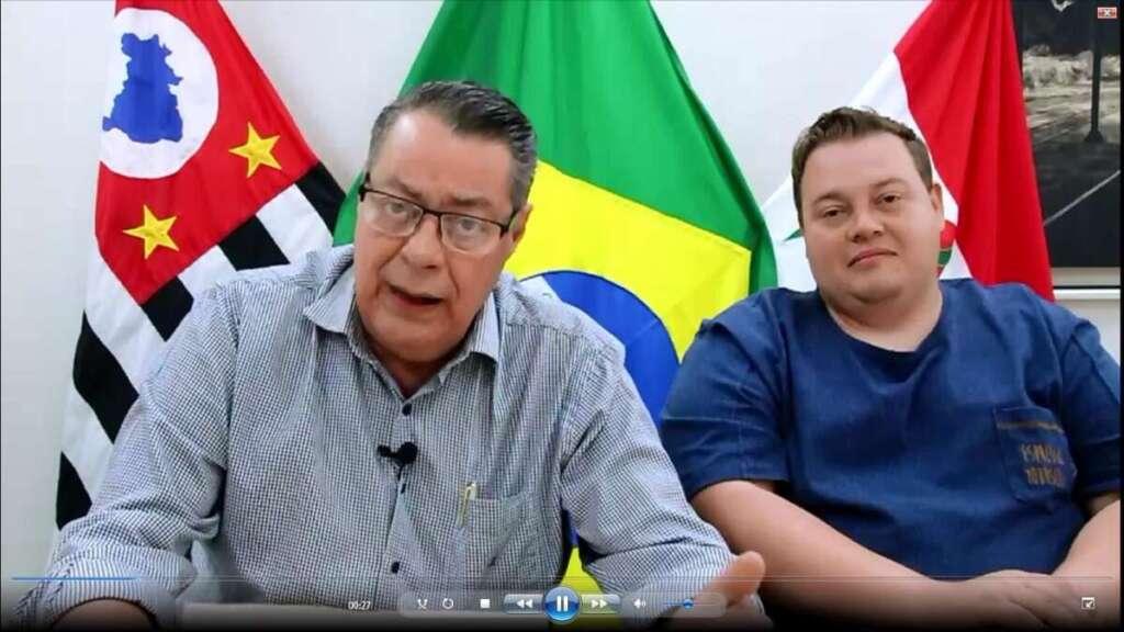 Prefeito Dimas fala ao lado de secretário sobre o Feirão do Emprego e da Feira Livre